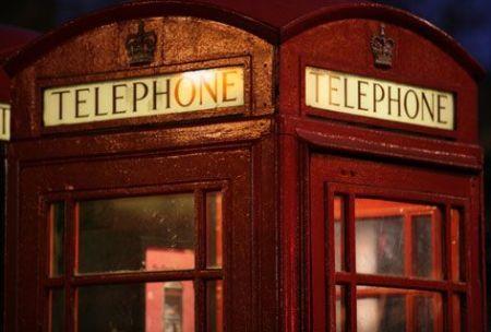 cabine telefoniche che ricaricano le batterie elettriche