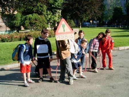 emissioni andare a scuola piedibus
