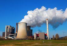 Una fabbrica che produce combustibili fossili