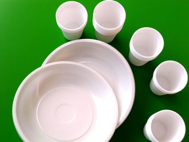 raccolta differenziata piatti bicchieri plastica