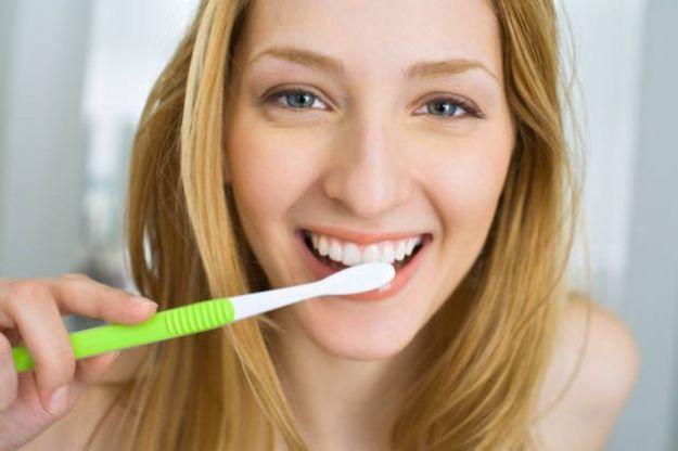 rimedi naturali sbiancare denti
