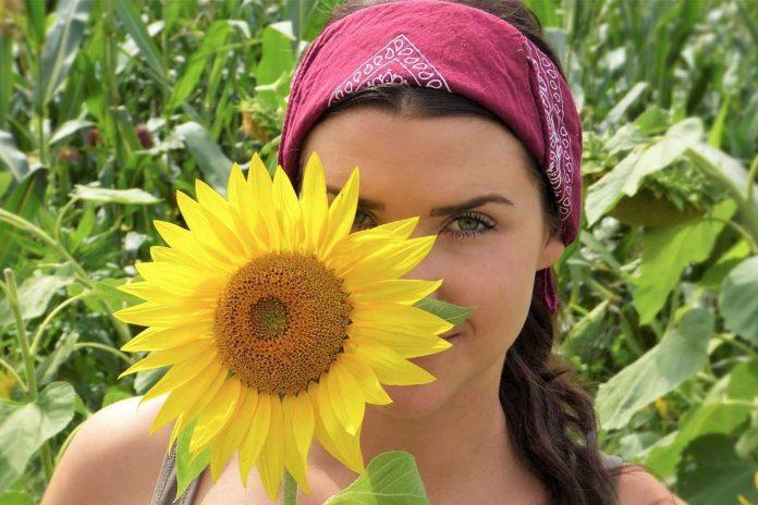 rimedi naturali per la pelle in estate ragazza con girasole