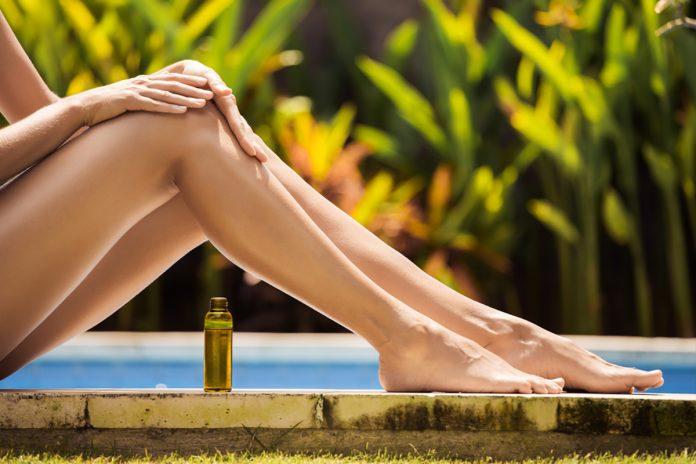Olio anticellulite fai da te: massaggio sulle gambe