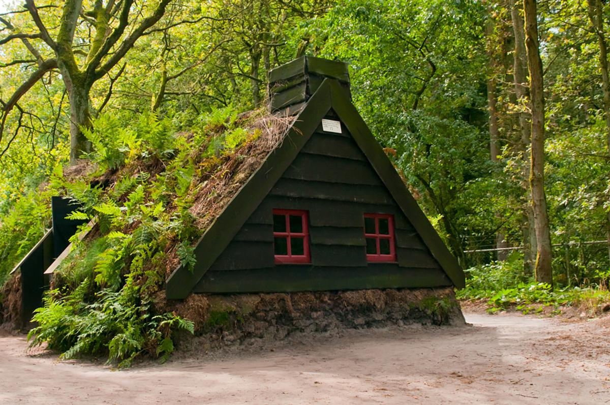 micro casa nel bosco realizzata con la torba
