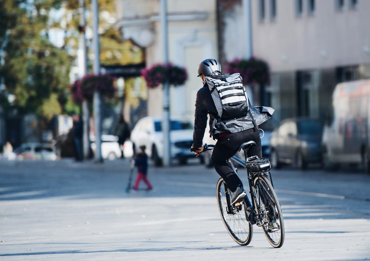 Un uomo guida una bici elettrica