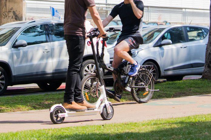 Una bici elettrica e un monopattino, due mezzi interessati dagli ecoincentivi 2020