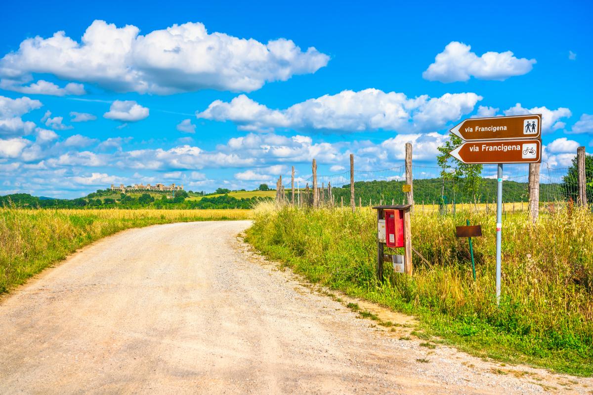 sentiero in paesaggio di campagna