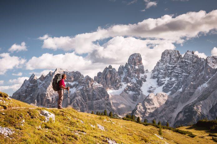 uomo cammina un paesaggio di montagna