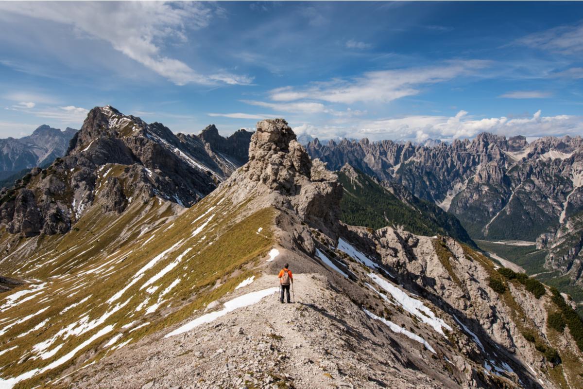 uomo sulla cima di una montagna