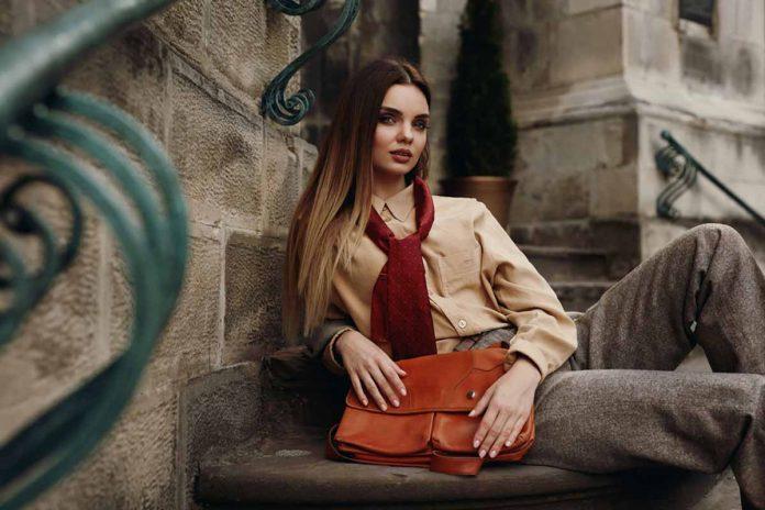 Modella che indossa abiti autunnali con borsa di pelle vegana