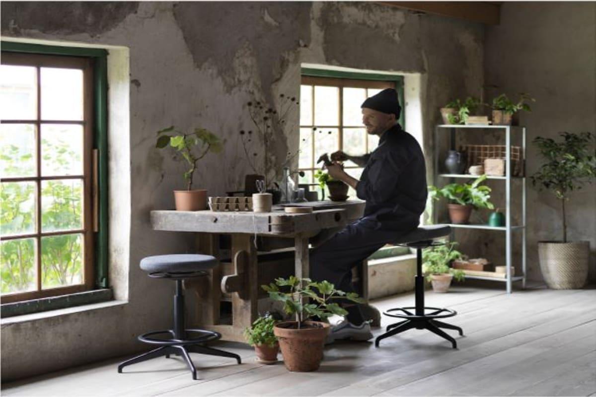ragazzo seduto su sgabello per seduta attiva in casa sostenibile Ikea
