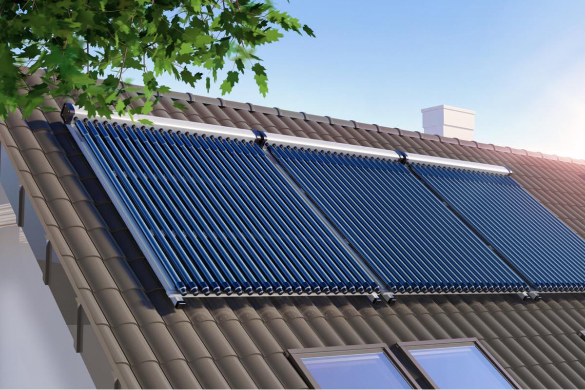 pannelli solari sopra tetto con tegole