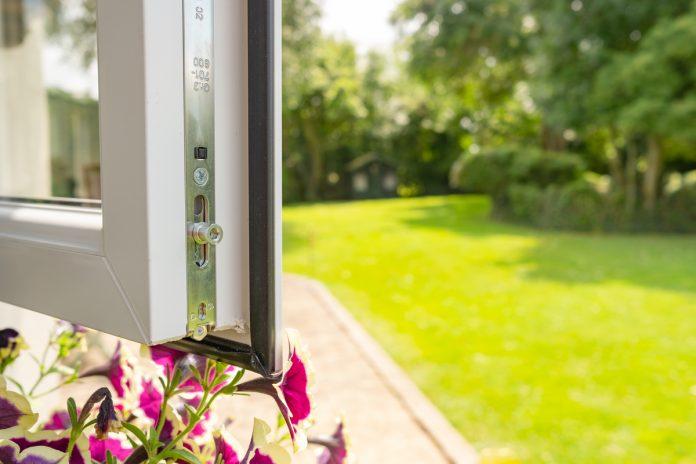 finestra per risparmio energetico aperta su un giardino