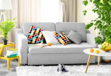 Ikea soggiorno interno con divano tavolo albero verde