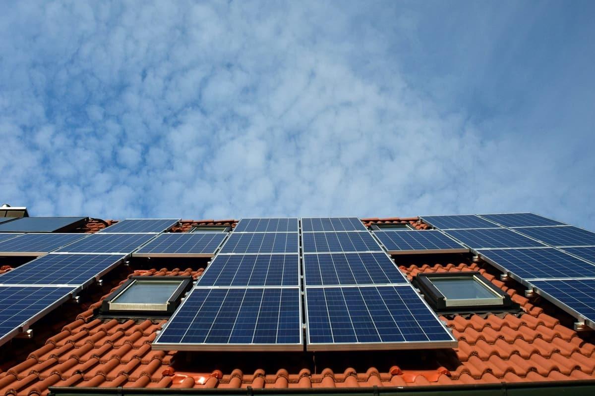 pannelli solari fotovoltaici su un tetto