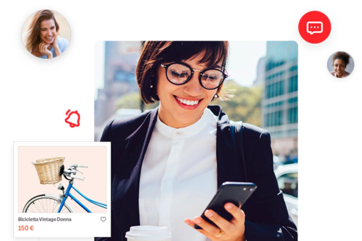Ragazza con occhiali mentre acquista online