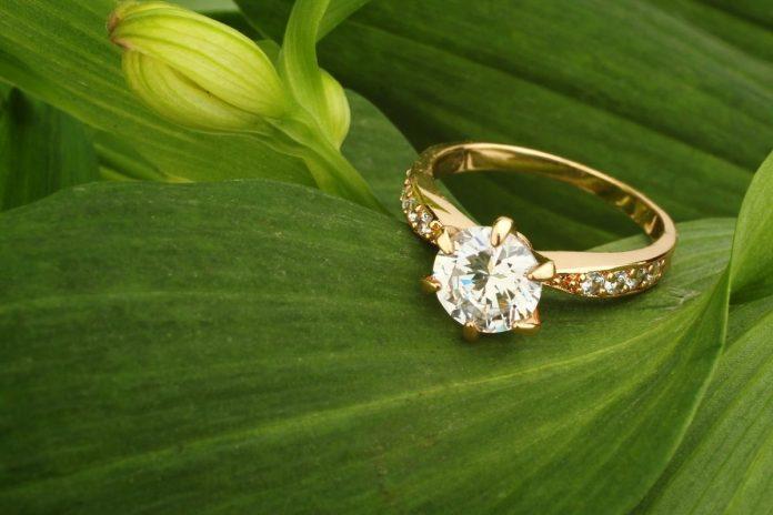 Anello con diamanti su foglia verde