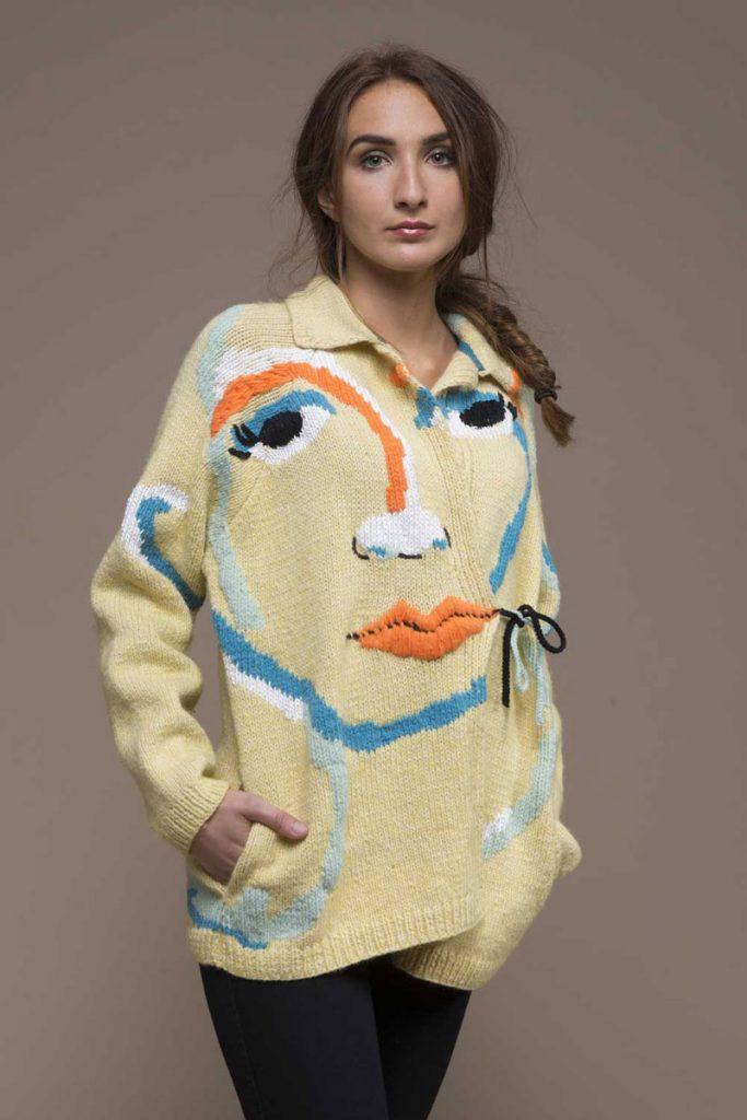 Ragazza indossa maglione upcycling