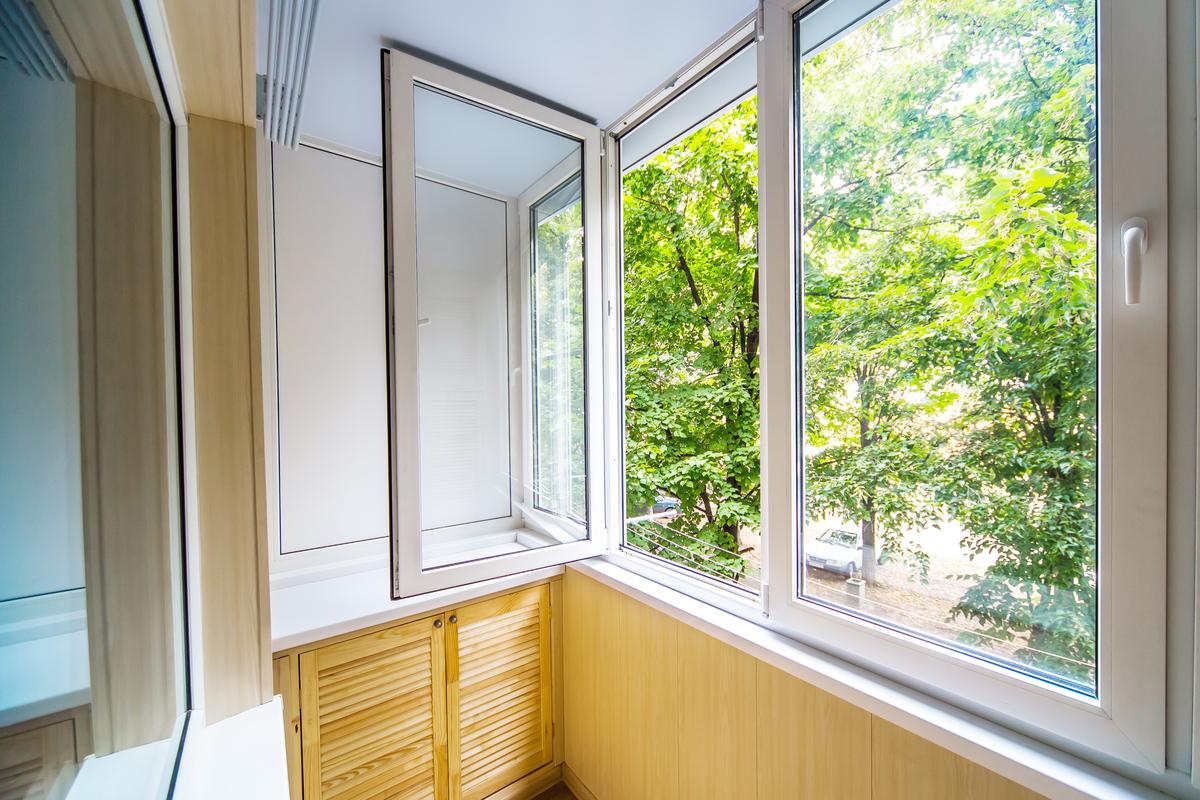 finestra bianca con anta aperta