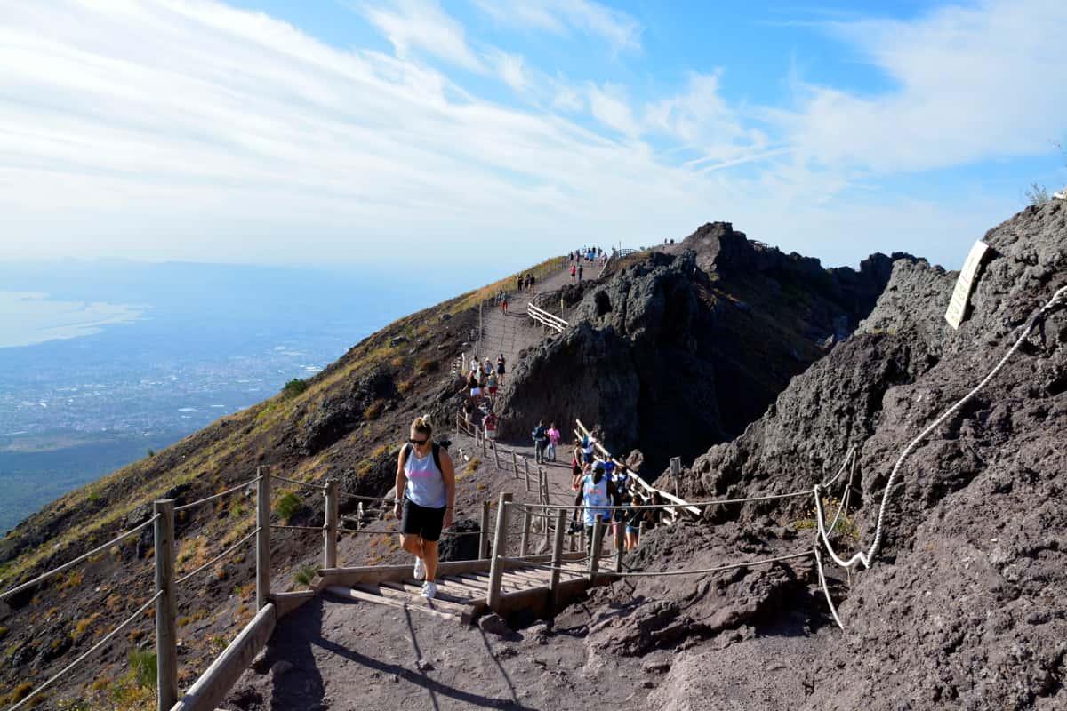 Persone su percorso da hiking sul Vesuvio