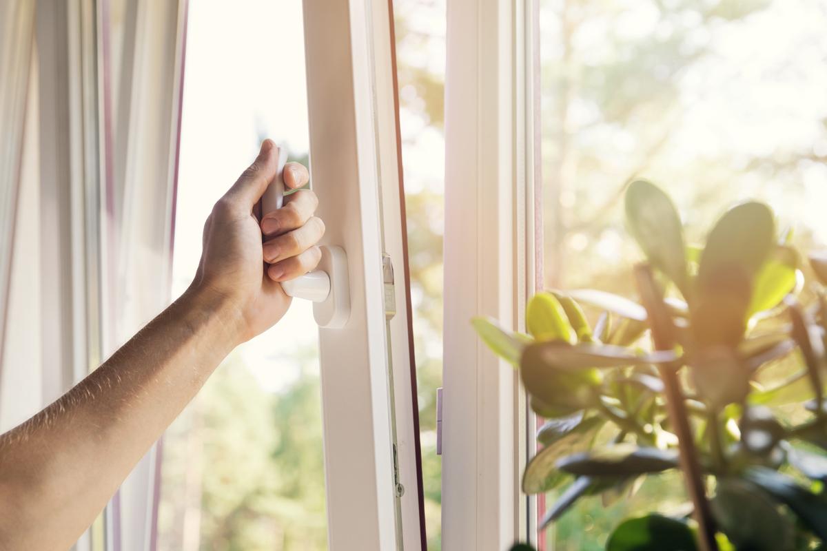 mano apre finestra bianca