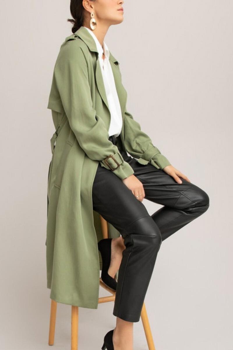 Donna che indossa trench sostenibile