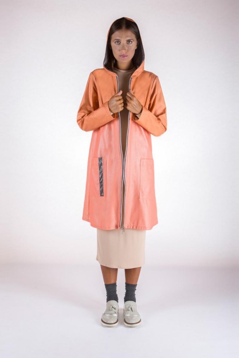 Donna che indossa trench sostenibile salmone