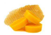 blocchi di cera d'api e un favo