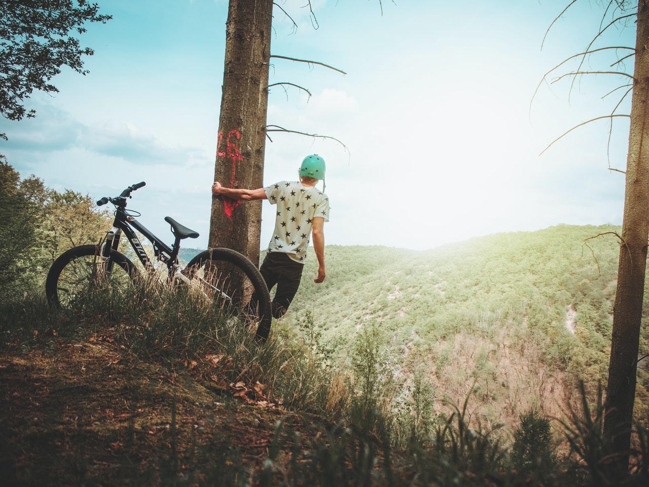 paesaggio di montagna con ragazzo in bici