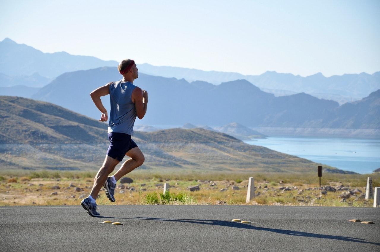 uomo fa jogging in mezzo alla natura