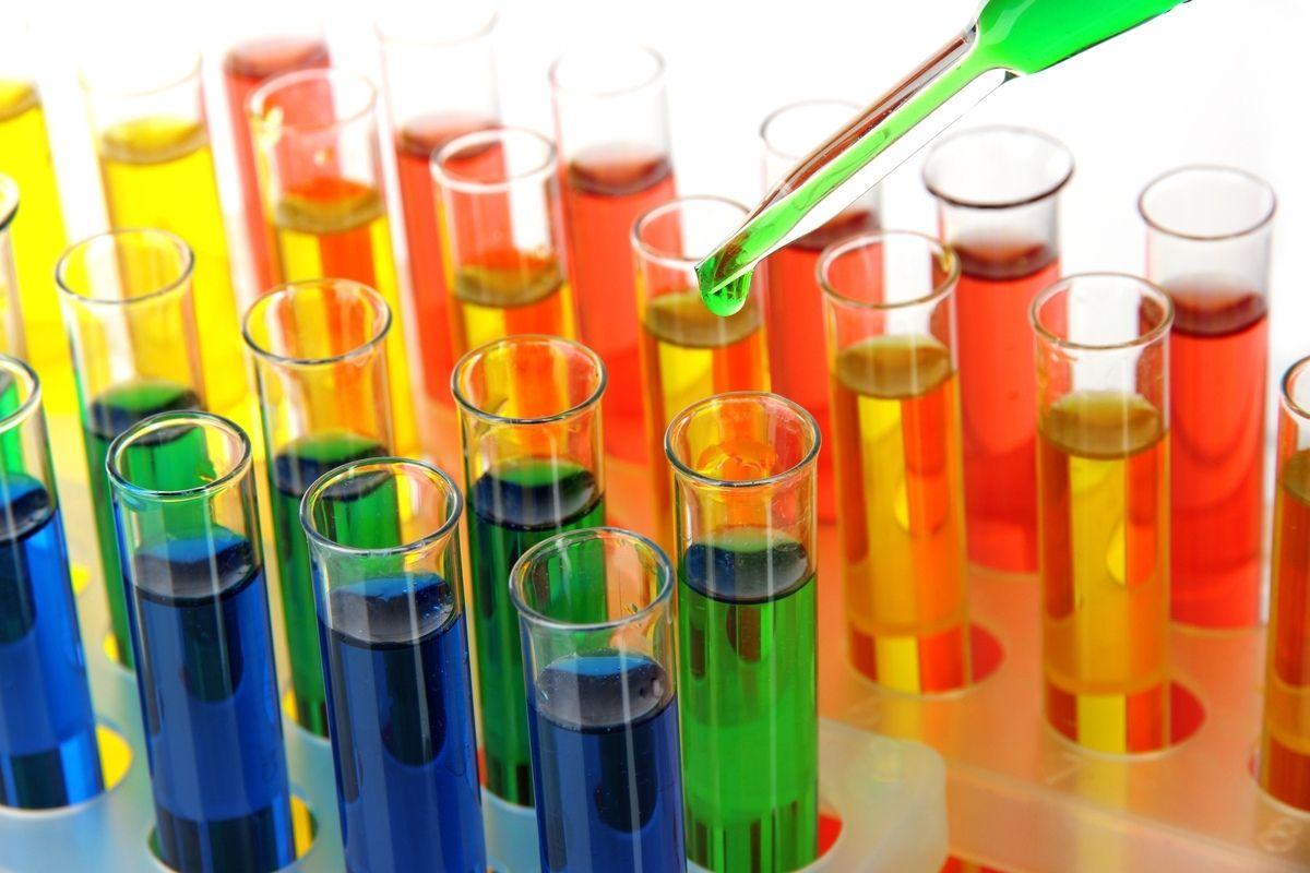 Provette con colori diversi di tinture chimiche
