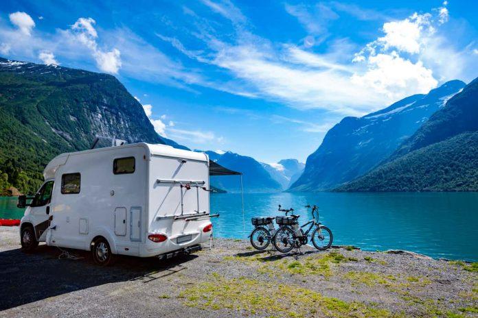 camper sulla riva di un lago con bici