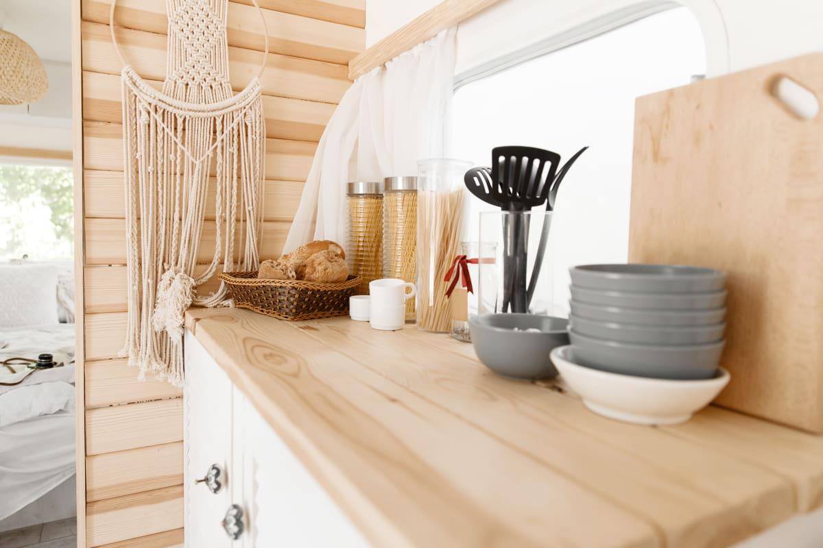 cucina di un camper con stoviglie