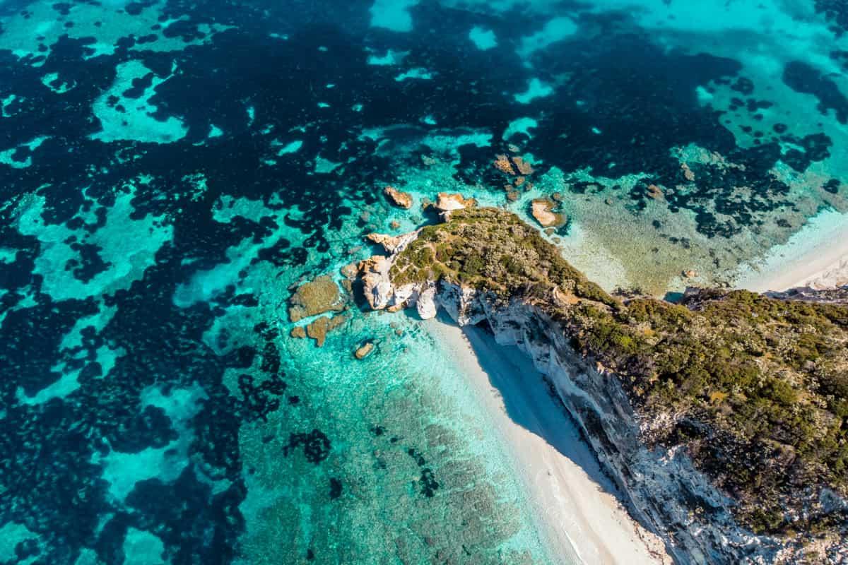 veduta di una spiaggia con mare cristallino all'isola d'elba