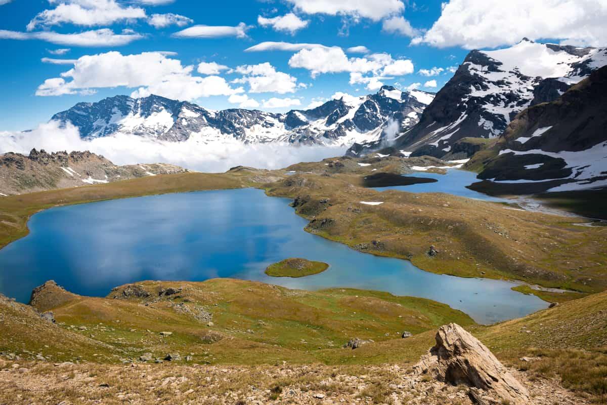 panorama del parco del gran paradiso con un lago tra le montagne