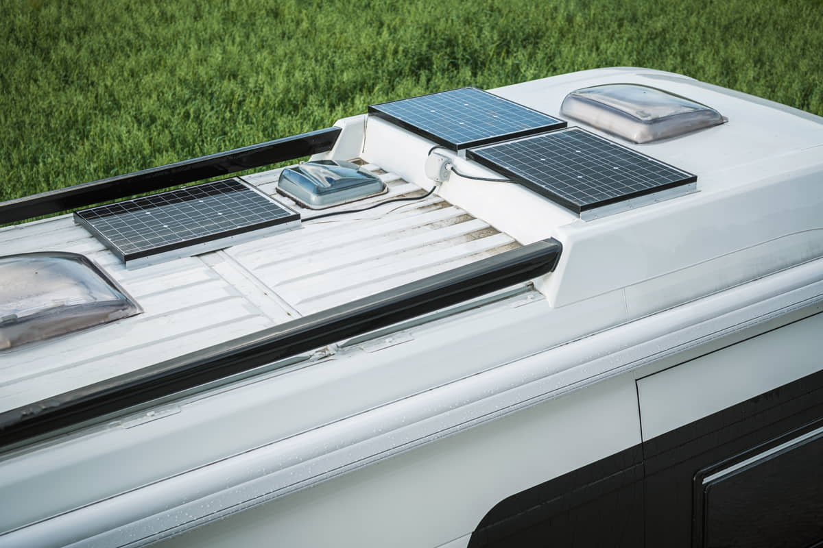 Camper con pannelli solari sul tetto