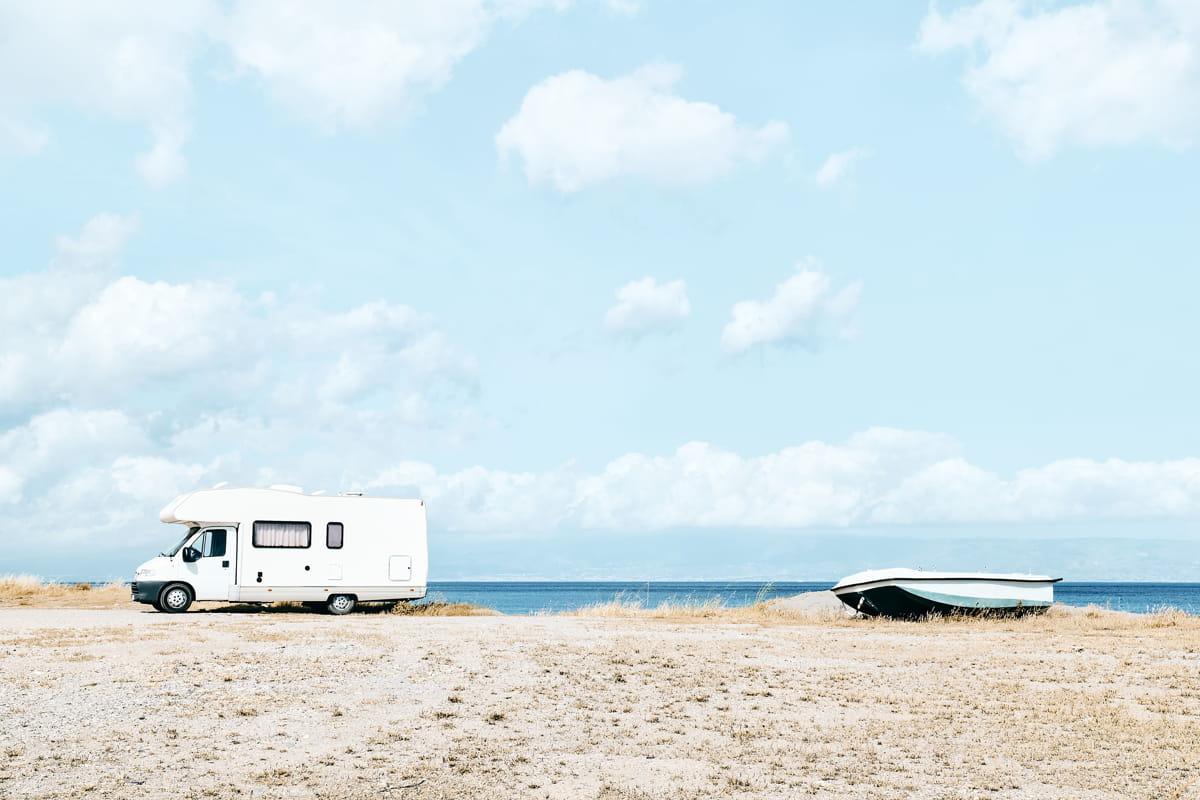 camper parcheggiato vicino al mare in sicilia