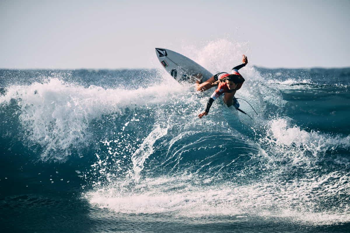 surfista cavalca un'onda a capo mannu