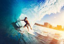 surfista cavalca un'onda