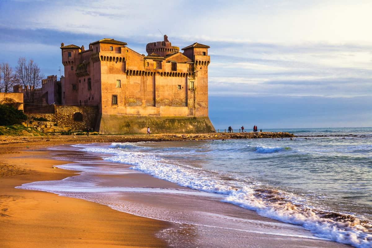 spiaggia di santa marinella con castello