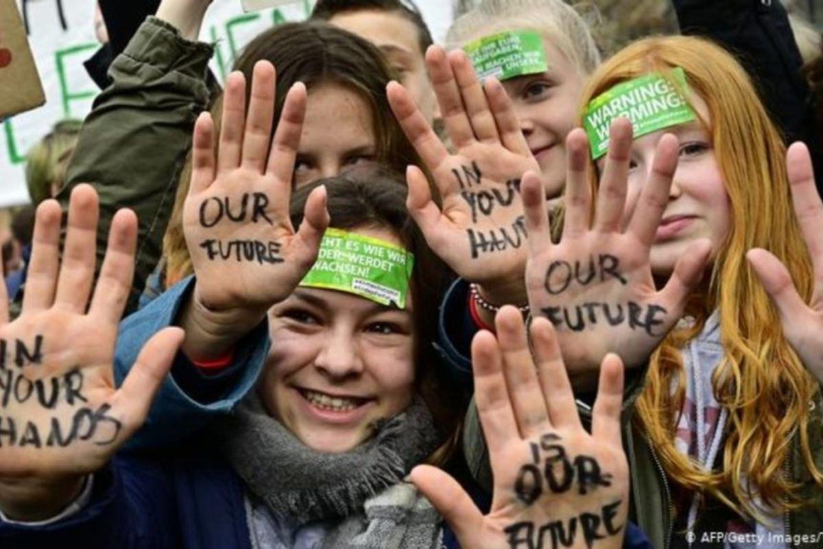 Giovani che scioperano per il clima Fridays For Future