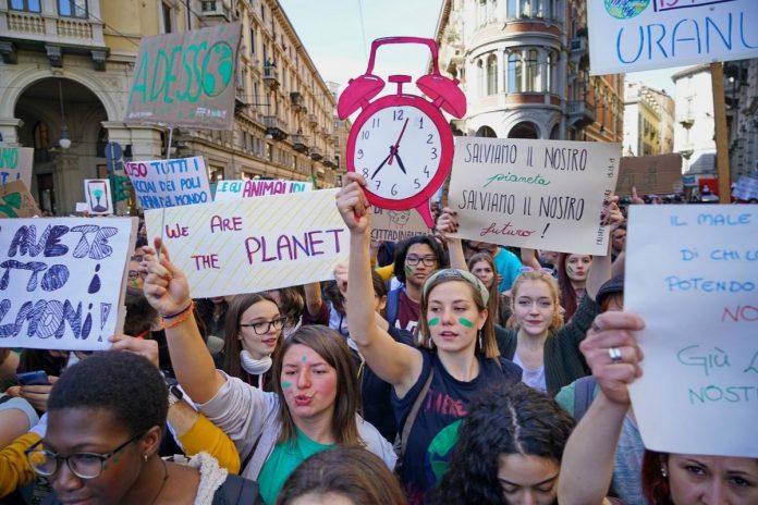 Giovani che scioperano per il clima a Torino