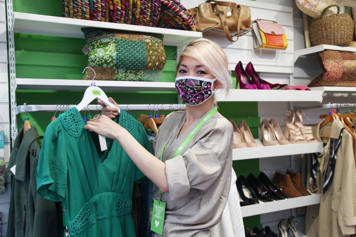 ragazza che lavora in un negozio Oxfam second hand