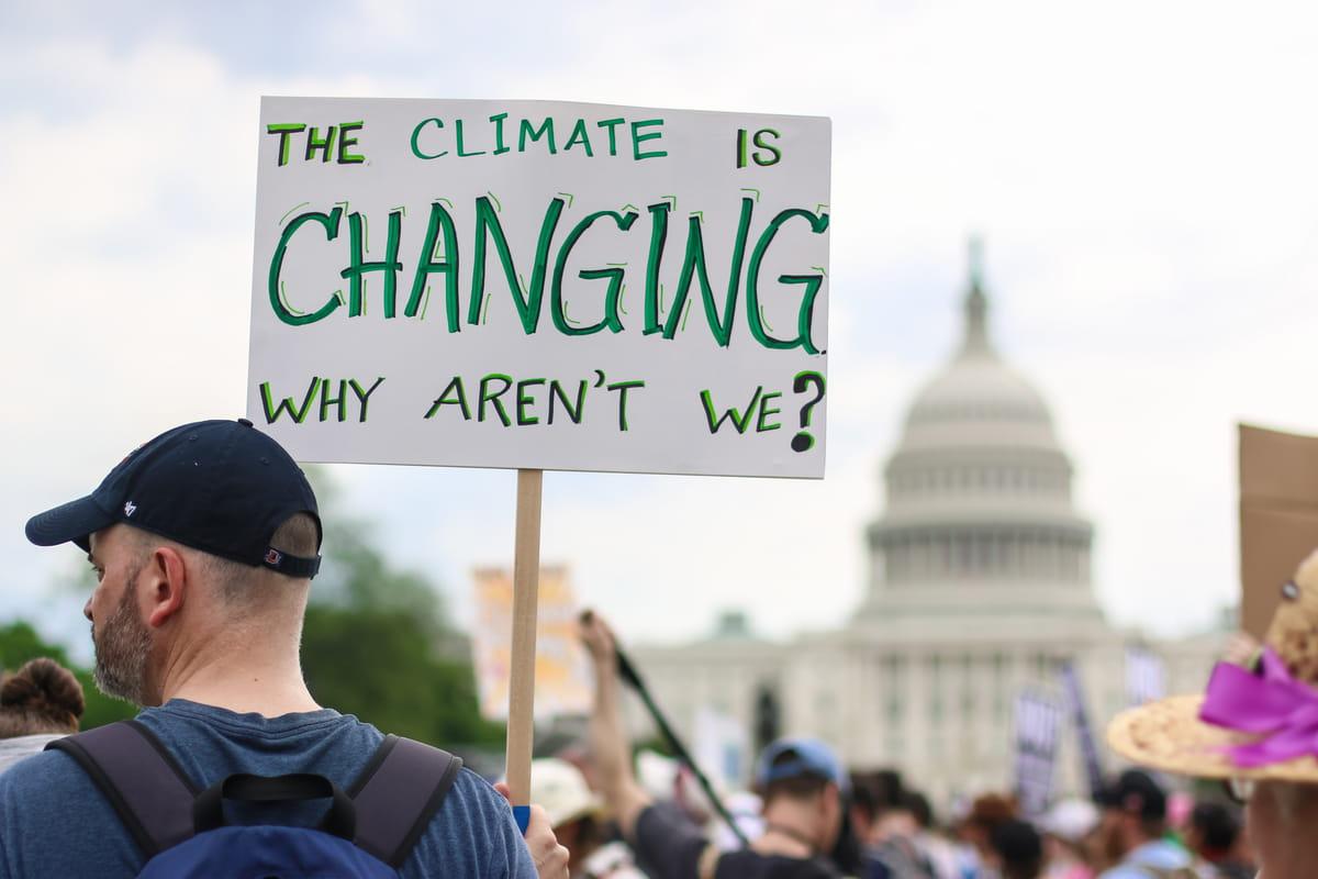 uomo manifesta per il cambiamento climatico