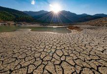 terreno secco e arido a causa della desertificazione