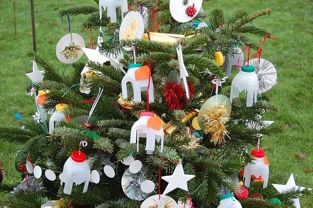 Albero di Natale con addobbi fatti di plastica riciclata