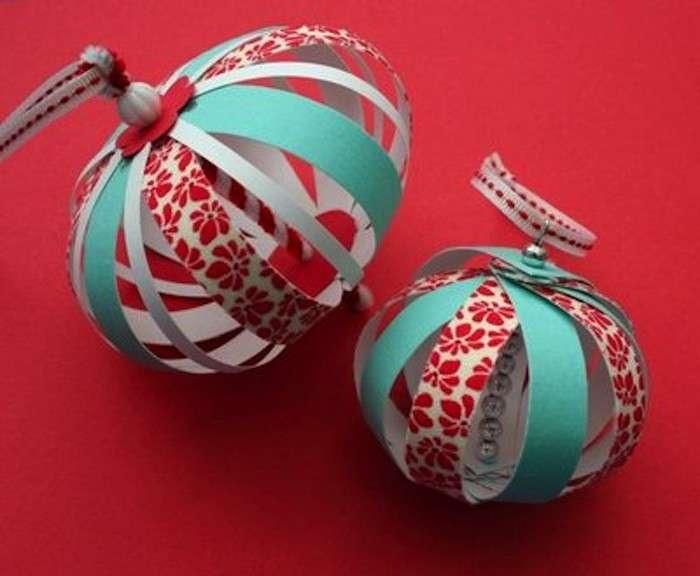 Palline di Natale con ritagli di cartoncino