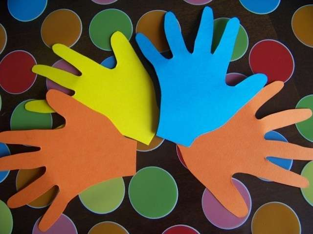 Mani di cartoncino