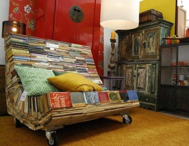 Divano con i libri