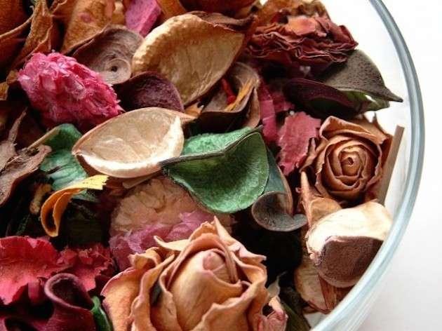 Centrotavola con fiori e foglie